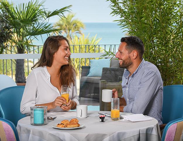 Hôtel de la Baie & Thalasso Prévithal - Petit dejeuner en terrasse